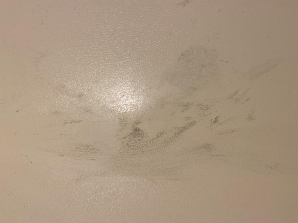 画像はユニットバスの壁に10年つけていたセロハンテープの跡です。 熱湯、ドライヤー、金属タワシ、カビキラー、石鹸、台所用洗剤などいろいろ試しましたが取れません。 画像以外の場所にも付いています。 取り