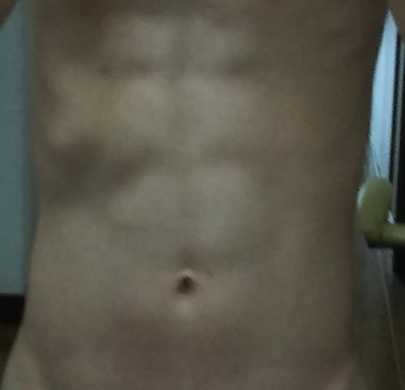 暗くてすみません。この腹筋は6パックに割れて見えますか?8パックに割れて見えますか?