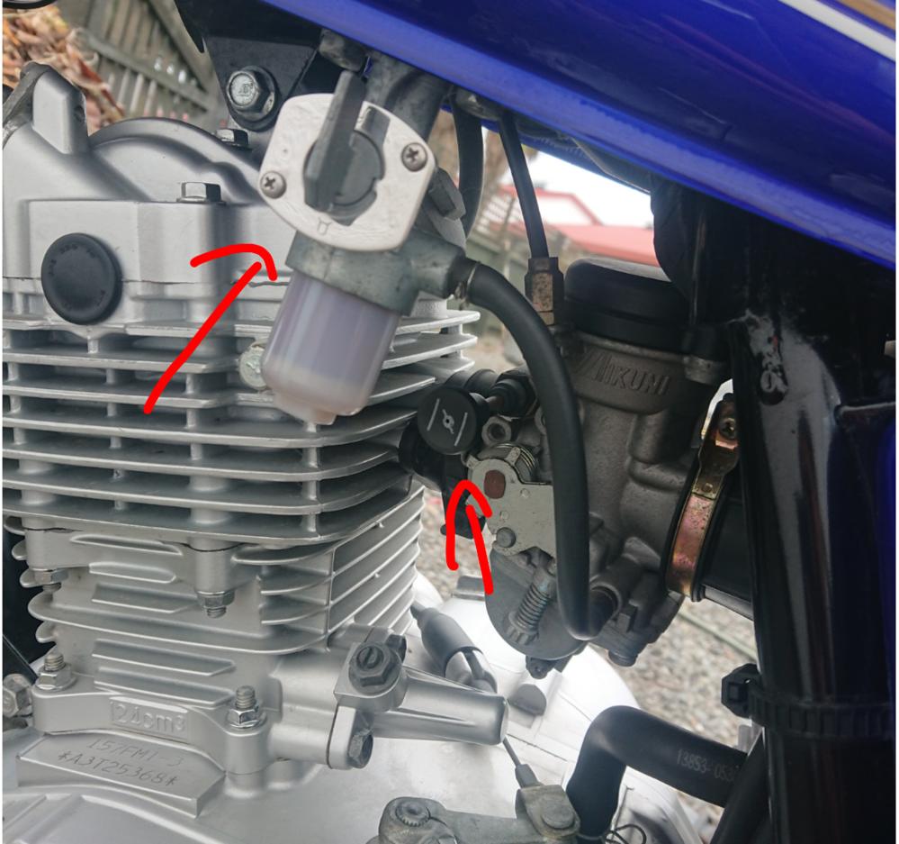 モーターバイク スズキのGN125については質問です。中古で購入したのですが説明書がありません。この種類はスズキと名前だけの中国製造らしくオンラインでも見つかりませんでした。そこで使い方についていくつか知り たいのですが、 1) 写真の状態はリザーブ方向でしょうか?それともメインタンクでしょうか? 2) 写真下矢印のレバーはなんのためにあるのでしょうか? 3) ブレーキ時にテールランプが点灯するのですが、通常時に点灯しませんこれは仕様ですか?危ないので常時点灯できるように出来ますか? 4) かなりブレーキを押し込まないとブレーキランプが点灯しません(友人に指摘され気づいた)通常使う軽いブレーキでは点灯しないのですが調整方法は有りますか? 5) オイルゲージから見えるオイルがあまりに多すぎるので抜きたいのですがどうやって抜けば良いでしょうか?(購入時はLowだったのだか日に日に増えて行った現在は振り切っている状態である) よろしくお願いします