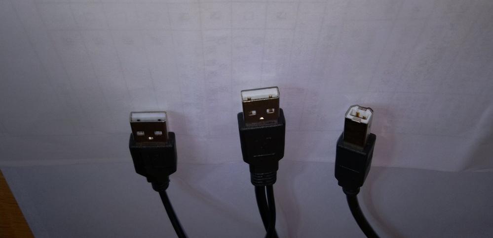 写真はスキャナーに付属していたコードです。USBの1つはPCに、1つはスキャナーに接続するようになっています。 どのように差し込んだらいいかよくわかりません。 スキャナーは「Aibecy 1500万画素 高画質USB書画カメラ 自動補正機能 LEDレベル3調光 A3/A4 ドキュメントスキャナー 折りたたみ」となっています。」 このようなスキャナーを使ったことがある方はお教えください。よろしくお願いいたします。
