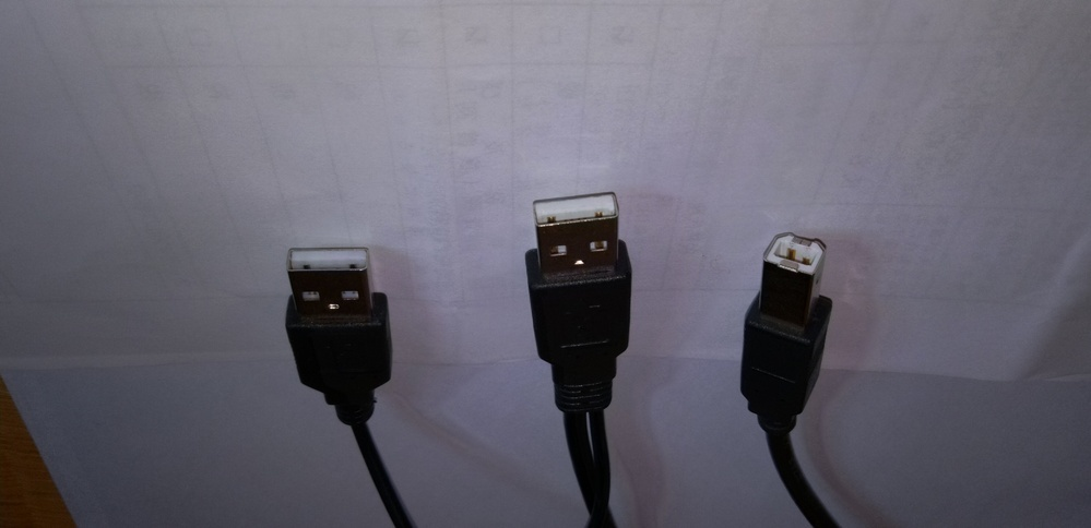 写真はスキャナーに付属していたコードです。USBの1つはPCに、1つはスキャナーに接続するようになっています。 どのように差し込んだらいいかよくわかりません。 スキャナーは「Aibecy 1500万画素 高画質USB書画カメラ 自動補正機能 LEDレベル3調光 A3/A4 ドキュメントスキャナー 折りたたみ」となっています。」 このようなスキャナーを使ったことがある方はお教えください。よ...
