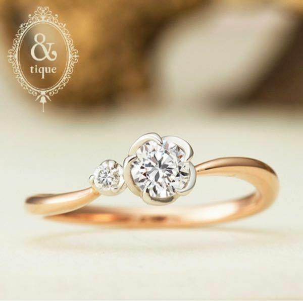 婚約指輪のダイヤと爪周りの形状について。 この度結婚することになり、約2週間後に彼と一緒に婚約指輪を見に行きます。 ネットで下見していると、画像のような花びらのデザインに惹かれました。 そこでふと思ったんですが、こういうフレームが付いたデザインってシンプルな立て爪のみのデザインと比べてダイヤの輝きは弱く見えますか? 私はダイヤの大きさは平均より少し上程度の0.5ctを予定しています。 そ...
