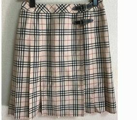 28歳の彼女が12歳のときに買ったバーバリーのスカートをはいていますがどう思いますか? 写真みたいなデザインです。 卒業式用に買って、その後はおしゃれ着、デート着としてきています。 丈は膝上5センチくらいなのでミニです。付き合って3年経ちますが時々着てきます。たまたま服のタグを見たらサイズが160Aと書いてあって、子供服?って聞いたらそうだと言われました。かわいいし生地もいいから長く着られて...