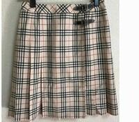 28歳の彼女が12歳のときに買ったバーバリーのスカートをはいていますがどう思いますか? 写真みたいなデザインです。 卒業式用に買って、その後はおしゃれ着、デート着としてきています。 丈は膝上5センチくらい...