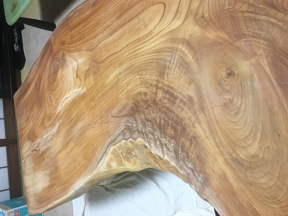 オイル塗装の一枚板をサンドペーパーで擦っているのですが、片側反面の木目に沿って一方方向に擦っていたら、 もう片側反面は年輪 の丸い木目だったのでサンドペーパーの跡が目立ってしまいました。 丸い木目に沿ってなるべく丸く擦ってみましたが難しいです。なんか丸い木目に垂直に模様 も入っているし、どうしたらいいですか。