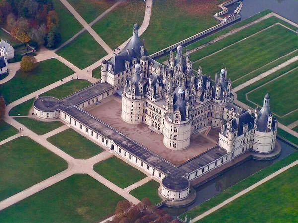 フランスのシャンボール城って未完成だったのですか? 城の後方の部分は塔らしきものが建つと思われる円筒形の土台のようなものが確認できます。城を囲む建造物ですが、後方は土台のみのように思えます。
