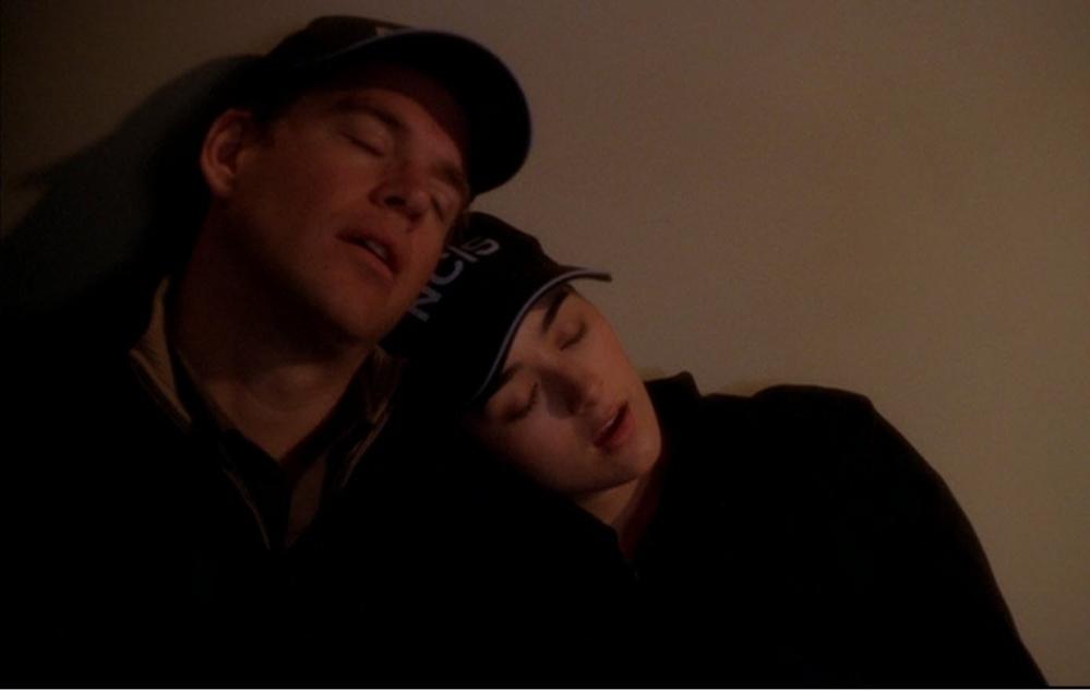 NCISについて トニーとジヴァが寄りかかりあいながら寝てる シーンはどのシーズンの何話でしょうか? ご存知の方が居ましたら教えてください!
