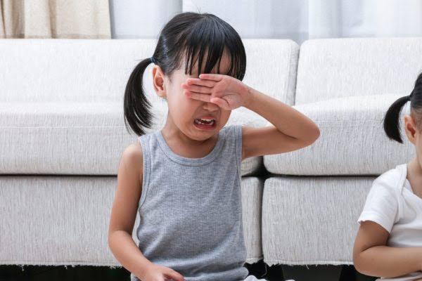 彼女は何に泣いている?