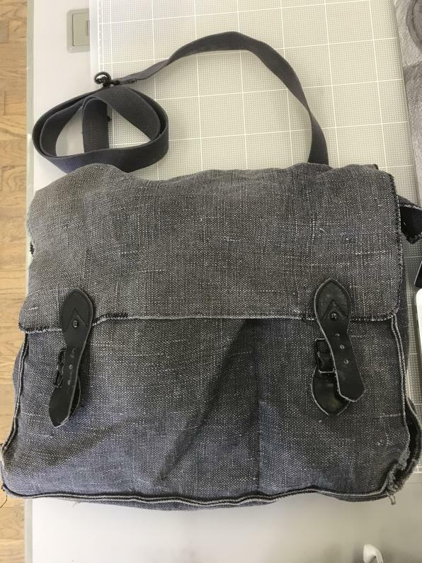 このバッグは何軍のなんというバッグなのでしょうか? 購入時はイタリア軍マップバッグと書いてありました。うち外ともに刻印や印字のようなものは見当たりません。 ネットではイタリア軍60`sリネンバッグと出ましたがその一件以外はありませんでした。 回答お待ちしております。