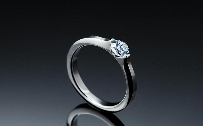 この婚約指輪が素敵だなと思うのですが これを婚約指輪にすることに下記の理由から自信がありません ・落ちそう 台座がチタンでつくられていてそれが戻る力により止めているとのことですが チタンという素材をよく知らず そんなに気にするようなものでもないのでしょうか? ・周りの反応 実際にこれを見てどういう反応になりますか? 個人的にこの指輪を気に入った理由として ・ソラさんしかしていない特許...