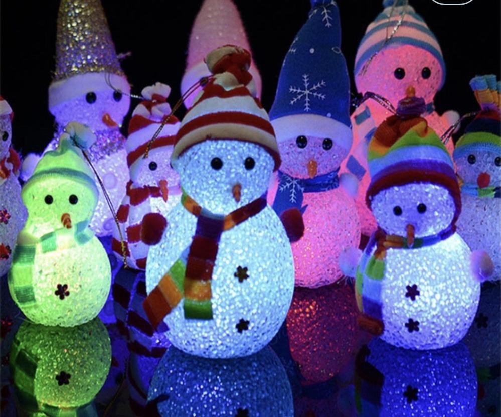 ある日突然誰も触ってないのに、クリスマスの雪だるまや、ツリーの置物のライトが、並んで4つ次々に勝手に着きました。 電池式で、ひっくり返してボタンを押さないと付かないタイプです。 不思議でたまりま...