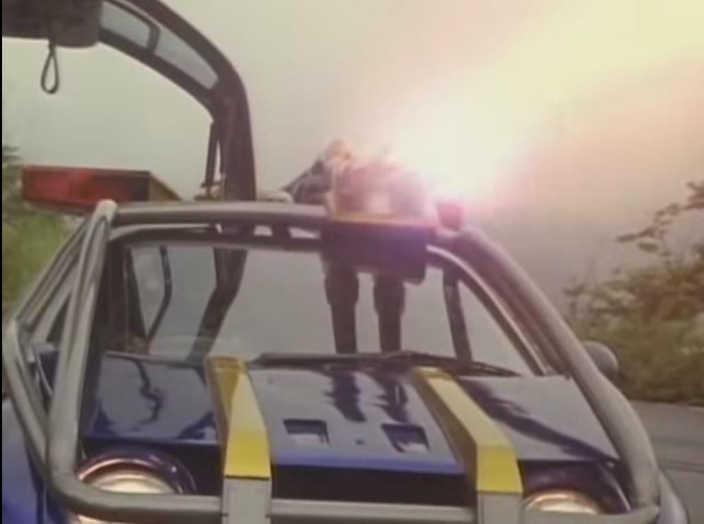 『ショウがブルースストライカーに乗り込み、搭載したインパクトキャノンでエイリアンたちを攻撃』 数ある特撮作品に登場する「ヒーローがマシンに乗って敵を一網打尽にする場面」の中で、あなたが好きなものは何ですか?