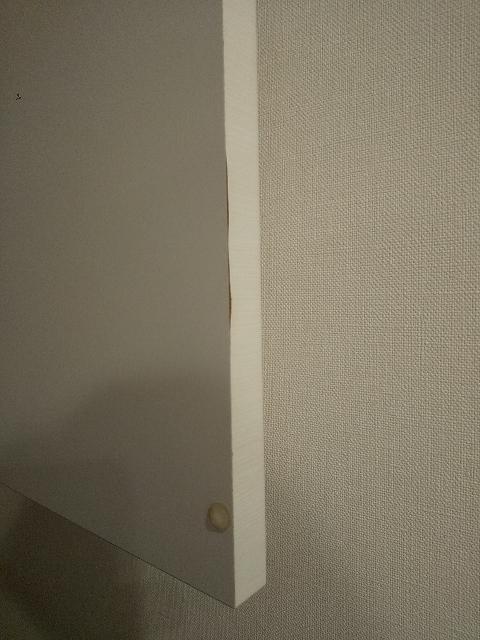 写真は洗面所の吊り戸棚の扉ですが、表面のシートが剥がれかかってきています。 これはどのように補修したら良いでしょうか? 閉めておけば見えない部分なので、テープを貼ってしまっても良いかな?と思うのですが、もっと良い方法があればご教示いただきたいですm(_ _)m