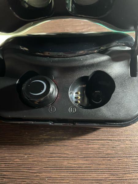 この写真のワイヤレスイヤホンが充電出来なくなりました。 ケースは充電出来るのですが、イヤホン本体が使えません。(充電できていない気がする) 改善策を教えてください