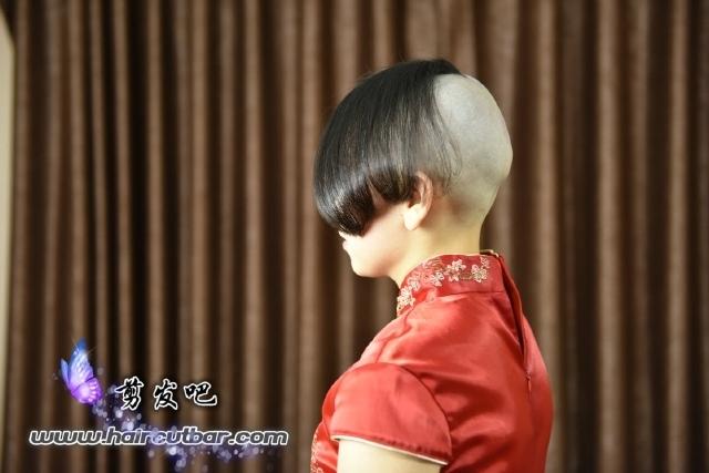 頭の後ろ半分を坊主にする髪型を何と言いますか?