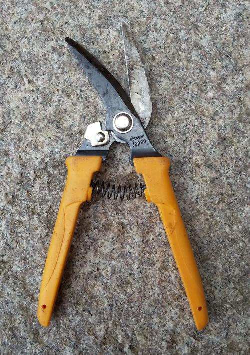 写真の剪定鋏みを二本持ってるのですが、一本バネが取れて紛失して使えません。 バネだけ取り寄せしたいのですが、この剪定鋏みのメーカーや品番がわかりません。どなたか分かりますか?