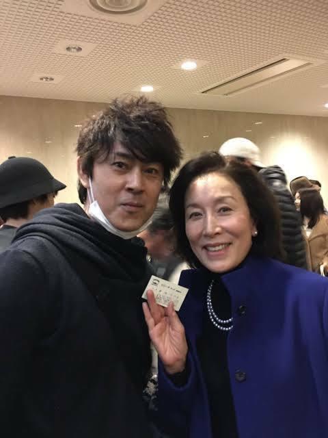 この写真の高畑淳子の脇にいる男性は 誰でしょうか? 芸能人でしょうか? ファンか一般人でしょうか?