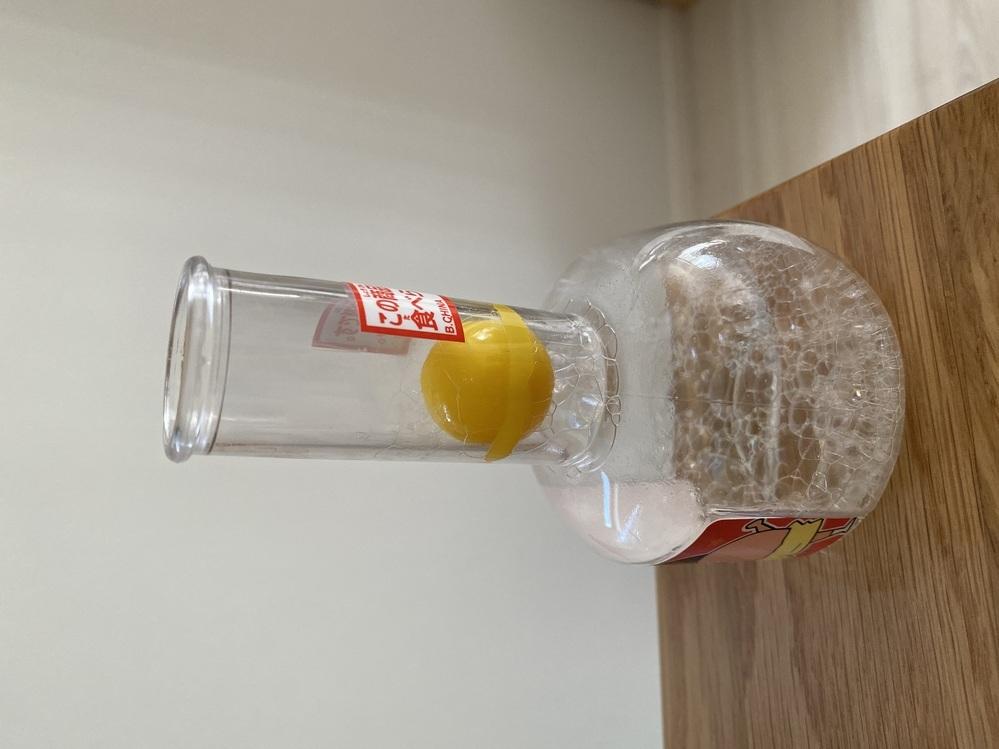 プラスチック容器にプラスチックボールがガチガチにはまってしまいました。 洗剤を垂らして熱いお湯に付けたらプクプクするだけで上に上がってくる様子もありません。 ボールの周りに垂れないように、割り箸の先に接着剤を付けましたが、まず接着剤が固まらず…(><) ボールは壊れてもよく、容器だけどうにかなればいいので何か他に方法があれば教えて頂きたいです( ; ; )