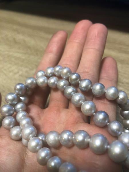 先日実家で真珠のネックレスを親から頂きましたが、本物なのかわかりません。どなたか詳しい方ご教授お願いできますでしょうか?金具はSV925で少し重たいです。
