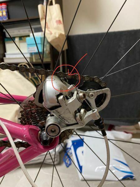 ロードバイク初心者です。 輪行のため、後輪を付け外しする練習をしました。 自分で外して、つけた後ギアの確認をしたら、 トップギアのとこだけチェーンが当たります。 付け方が間違っているのでしょうか。 よろしくお願いします。