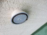 こういう通風口の管清掃って、どういう業者に頼めばいいんでしょう? 普通に〝通風口 清掃〟で検索しても、台所のプロペラ換気扇とかユニットバスの湿気吸引式換気扇の清掃ばかりヒットして、建物躯体の全体通風...