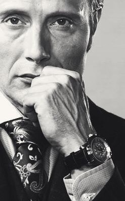 こちらの渋いイケメンの時計は何か解りますか(・_・?) ファッションも車もすごく素敵です。ベントレーに乗り、控えめな柄物のスリーピースに、ペイズリー柄がお好みのタイはウィングノット。そして腕時計もぬかりありません。