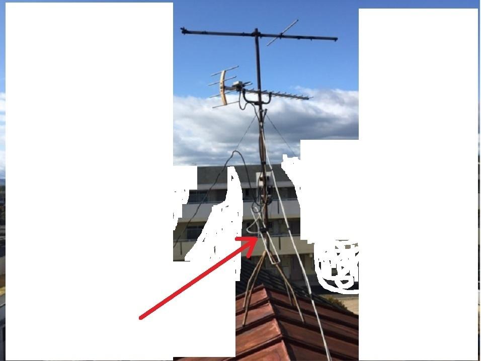 屋根の上のテレビアンテナをみたら、画像の赤矢印のものがはずれてぶらぶらしていました。これはなにでしょうか? 地デジのみで、分配器で母屋と離れでテレビを視聴しています。離れのテレビはうつります。