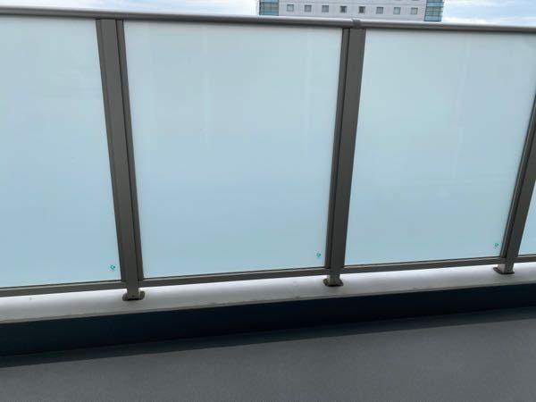透明の窓にマジックミラーのフィルムを貼りたいと考えております。 画像の様に、今は白い窓で外が見えないですが、これから透明の窓に変えます。 狙いとしては部屋側からは景色が見えて、外からは見えない...