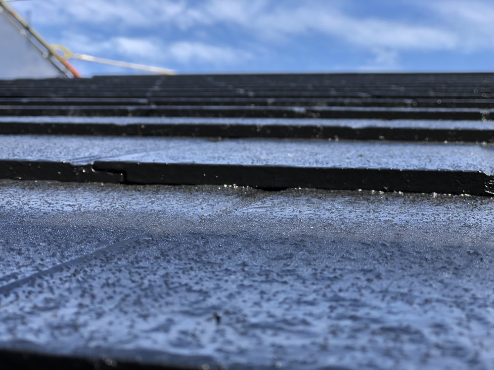 塗装業者様のご意見をお聞かせください。 初めての屋根塗装です。屋根材は現在のケーミュと言う会社で当時松下のワンダセラと言う厚さ1cm位のスレート瓦です。 家はハウスメーカーで、今回塗装をお願いしたのは会社名は変わりましたが、実態はそのハウスメーカーです。 当初、見積もりにはタスペーサーの記載がなく、あえてタスペーサーを入れるように契約書に記入してもらいました。 縁切りではなくタスペーサーに...