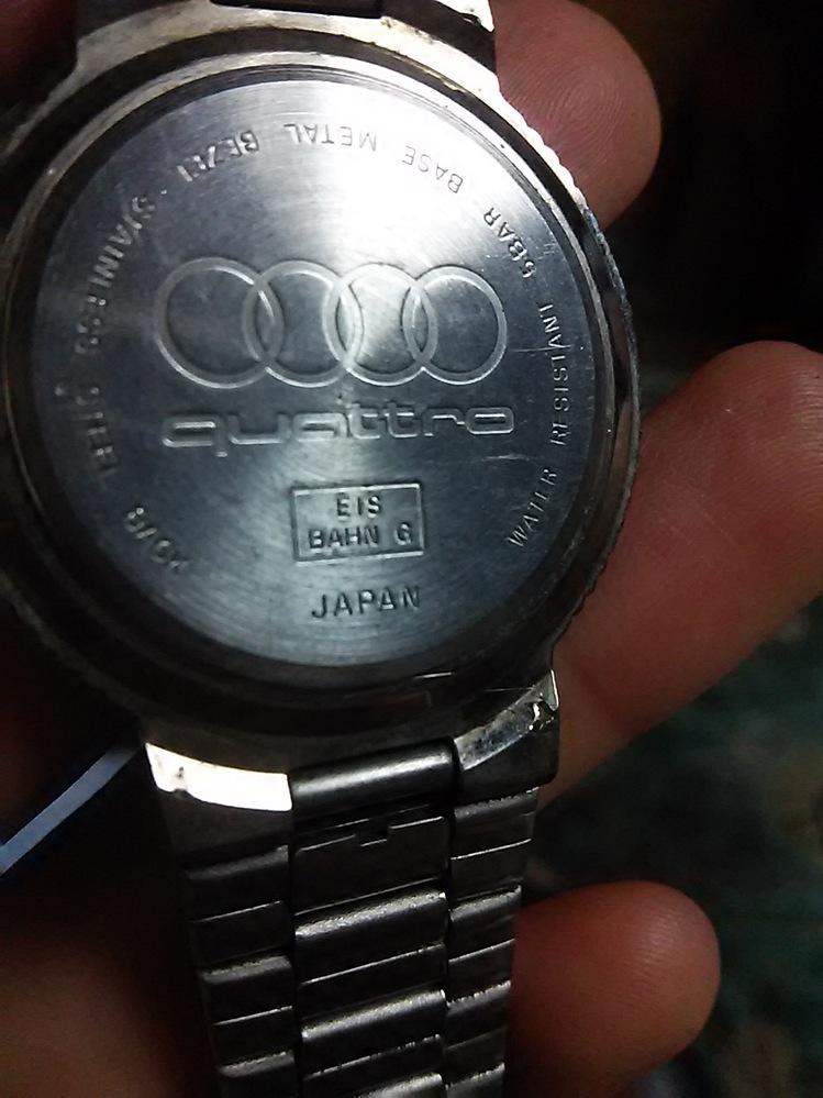この腕時計について教えてほしいです メーカー「quattro」しか読み取れず困っております。 盤面は黒です。 腕時計に詳しくなく、いろいろ教えて頂けると嬉しいです。 普段使いの物みたいです。 品番 いつごろ発売されたのか パーツとしての価値はあるのか等知りたいです。