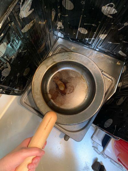 新しく買ったフライパンを一度使っただけで酷い焦げ付きのような模様が入ったので、硬いナイロンたわしでこすり、綺麗な状態になったので油を塗り火にかけました。そしたらまたこんな模様が出てきたのですが、...