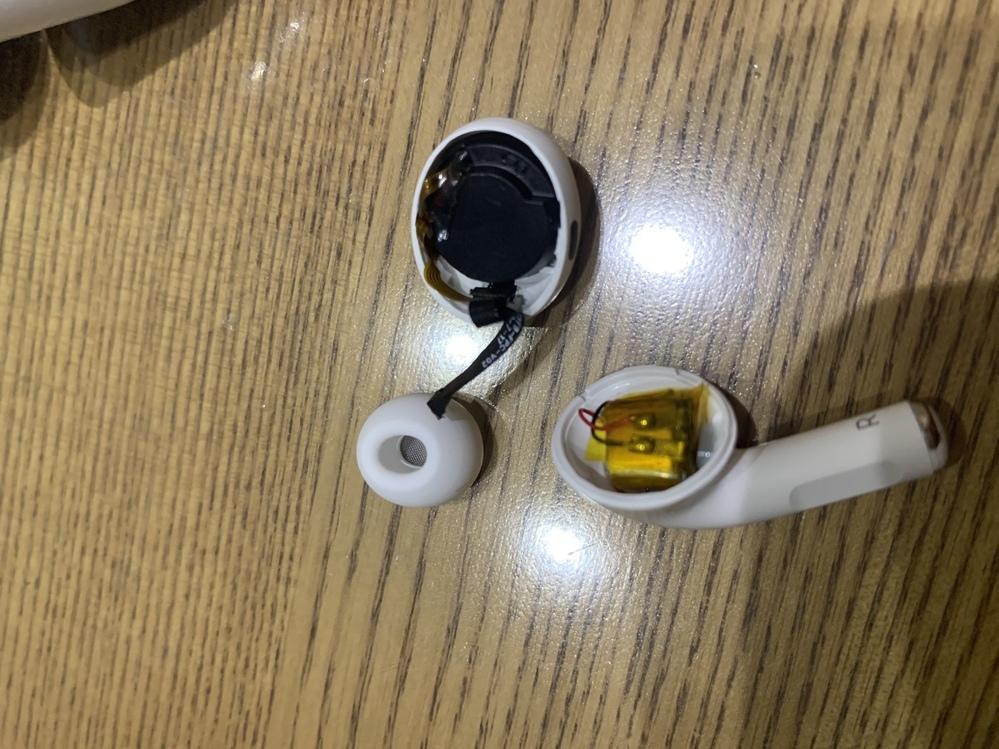 先日yahooショッピングで18000円のairpodsを買って今日届いたのですが、どのライトニングケーブルにさしても充電ができず、 偽物か判断するためにケースの内側にあるロゴを見たら本物と明らかに違くて、イヤーピースを外してイヤーチップ装着状態テストを行おうとしたら、本体ごと分かれて半分になってしまいました。 airpodsってこんなにすぐ壊れるものなんですか? ちなみに、商品を買った店は...