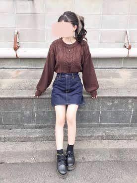 デートでの服装に悩んでます! 気になる異性と2人で食事に行くことになったのですが、服は可愛くて清楚な感じでいきたいんです! 下の写真みたいなデニムスカートにニットを合わせようと思っているのですがどうでしょう? (ニットは白でスカートは黒にします) ネックレスも合わせた方がいいですかね? あとはイヤリングまでつけると気合入れすぎみたいな感じになっちゃいますか? 回答よろしくお願い致します!