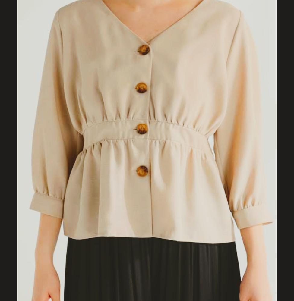 ファッション合わせ方!! このお洋服に合わせるとしたら下は何がいいですか? また、羽織る物も何がいいと思いますか? アドバイスお願いします!
