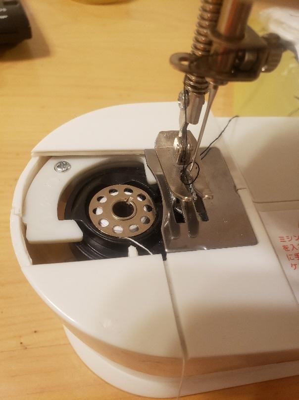 ミシンの上糸が下糸をすくいません。 ミシンは安いものなので、自分で修理できなければ、廃棄しようと思っています。 内部も見てみたんですがさっぱりわからず、直し方を教えてください。 Versos ...