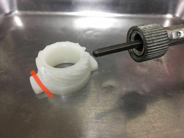 この間、ホンダJAZZの前輪のドラムブレーキパッドを取り替える際にスピードメーターギアにヒビが入ってる事に気がつきました。 この赤い線の部分に亀裂が入っていたのですが、メーターに影響は出ますか? ちなみに今のところ問題なくメーターは正常に動作してます。 取り替える予定ですが、緊急性はありますか?