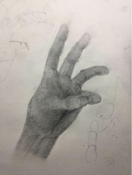 デッサンを始めて3日目の初心者です。 学校の手のデッサンをするのですが、うまく小指に立体感が出せません。 小指をうまく書くにはどうしたらいいですか?