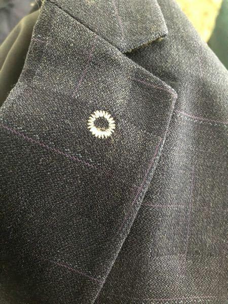 ネットでスーツ購入したのですが、作りは何もいうことなくてサイズ感もよかったのですが、1箇所だけ目につく部分があり、ジャケットの本来徽章などをつける部分です。 ここが白い丸で糸で縫われているのですが、これはどうすれば縫われているのは取れますか。 それとも取ることは不可能でしょうか。 ザスーツカンパニーなどの店舗さんで撮ってもらう方が良いのでしょうか。 よろしくお願いします