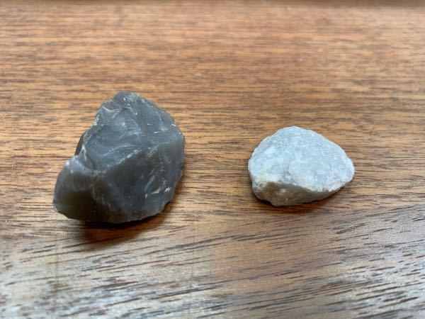 この石、なんだかわかりますか?? 白い方は光にあてて動かすとキラキラします。ラメみたいに。