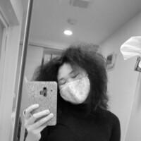 くせ毛について 私は画像の通り、くせ毛です。 外人さんによく見られるような髪質で、日本人に多く悩んでいる人がいると言われている、捻転毛も波状毛が混ざった髪質です(いつも行く美容師さんに言われました)。小さい頃は、母がこのくせを使って可愛いヘアアレンジをしてくれていましたが、大きくなるにつれて、周りのさらさら髪の子達との違いや、髪がくるくるちりちりしているというだけで、通りすがりに笑われること...