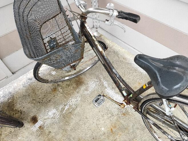 自転車に着いての質問です。大学に進学することになり、一人暮らしを始めました。兄が通っていた大学であり、兄の卒業と同時に自分の入学が決まりました。そこで兄から自転車を譲り受けたのですが、3年間雨ざらしに されていた(海が近いです)自転車を乗れるようにしたいです。 タイヤの溝はしっかり残っており、全体的に錆びてる、ネチョネチョ?してる所を無くせば普通に乗れそうです。前置きが長くなり申し訳ないです。 ・自転車のチェーンの錆止め? ・自転車本体のサビや汚れを落とすもの、方法 を教えて欲しいです 自転車は下のような感じです。お金ないのでお店に持っていくよりはできる限り自分で治したいと思っています。よろしくお願い致します!