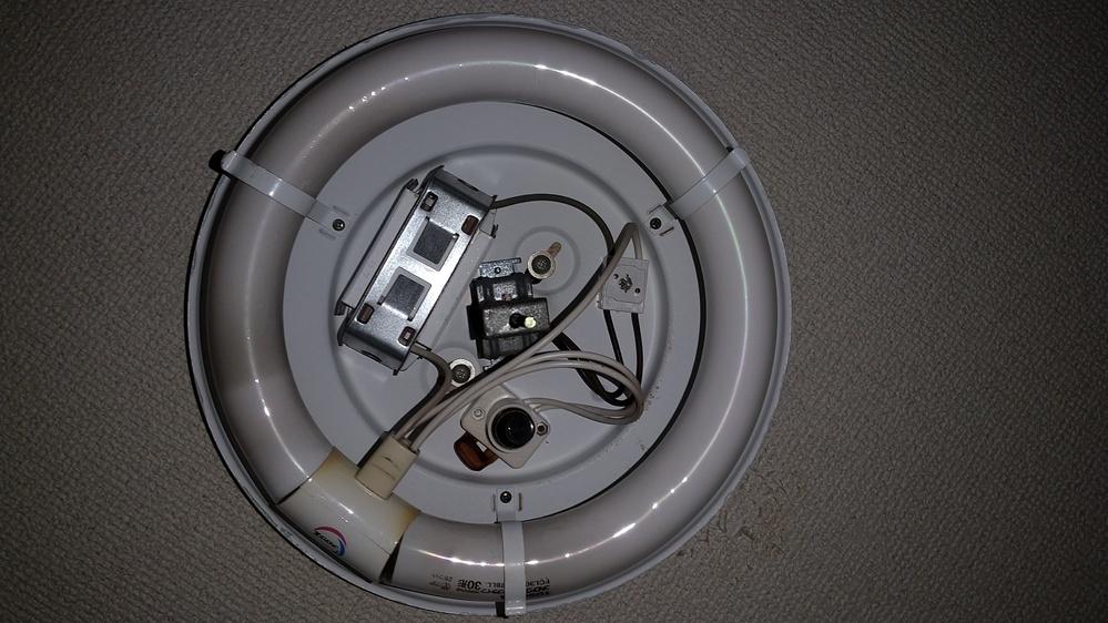 玄関の電球がつかなくなりました。 グローがだいぶ前からスイッチONにするとチカッと光り電気がつかずONのまま放置していたらついたり、ONOFF繰り返ししていると電気がついたりしていました。 ONにしてもチカッと光ることがなくなったのでグローが切れたんだろうと取り替えようとするもグロー単体でははずすことが出来ずどう取り替えていいのか分かりません。 この構造だとどう取り替えればいいでしょうか 丸の