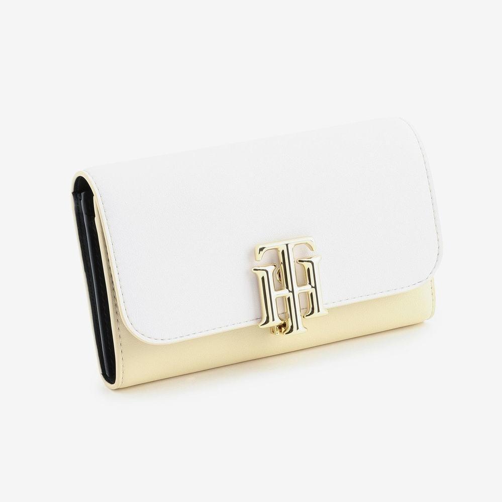 2年の男子高校生です。4年間使った 財布をそろそろ変えようと思っています。 TOMY HILFIGERのこの財布は男子高校生でもあっていますか?