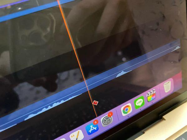 Final Cut Pro Xを使用しているのですが 気がついたらこんなマークが出るようになって 素材がどんどん分割されてしまいます。 普通の状態(1番最初の状態)に戻したいのです やり方がわ...