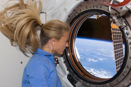 宇宙船の窓はあると弱点なのですか? 宇宙飛行士はあると嬉しいそうですが。 . 宇宙船(宇宙ロケット)には、中には人が乗れても実は窓がないものもあるそうです。 そのために、成層圏や宇宙空間に到達しても窓がないと、自分自身の眼では宇宙空間や地球を見渡せないから、実感に乏しく感じてしまうために、小さくてもいいから窓が一つでもついていると宇宙飛行士たちは内心嬉しいと感じているのだと。 しかし、いくら頑丈な強化ガラスを使っていても、宇宙まで飛行する宇宙船に窓を用意するのは、その部分の強度が脆弱になるために、設計としては本来ない方が良いというのもどこかで聞きました。 どうなのでしょう、宇宙船の強度を保つためにはやはり本来は窓はない方が良いのでしょうか? それでも、宇宙飛行士たちのメンタルのために窓を用意するのですかね。 それとも、現在の工学技術では、宇宙船や宇宙ロケットに窓一つ用意するくらいは全く強度に問題ないし、朝飯前なのでしょうか? 宇宙工学に関心のある方など、ぜひ皆様のご意見をお聞かせください。