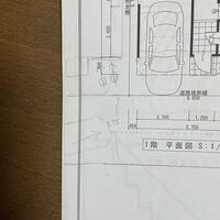 車庫入れについて質問です。 家の前の道路が約3.5mで新築を建てるのにセットバックして約3.75mになります。(向かいの家はそのままなので4mまでにはなりません)  車庫の幅が有効2.5〜2.6mです。 写真のように左側にはだいたい同じ形の新築が建ちます。 写真の左側からバックでルーミー(長さ3.7m、幅1.67m)の車庫入れは可能でしょうか? またいつかヴォクシーやセレナサイズのファミリー...