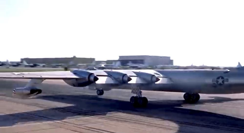 映画のシーンです、このような飛行機は存在したのですか?(模型かな) 6発のプロペラに4発のジェットが付いてるように見えます。