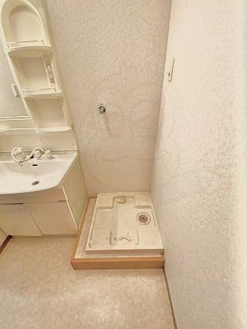 家探し中です。間取り、立地ともにかなり気に入った物件があり内見もしました。 しかし最後に洗濯機問題が浮上しました、、、。 添付した画像(賃貸会社のが画像お借りしました)なのですが、洗濯機置き場が ・底上げされている ・防水パンは74×64のよくあるサイズ ・蛇口がパンから高さ90cmほど という状況です。 現在使用しているドラム式洗濯機が、HITACHIのビッグドラムです。まだ3年ほどしか...