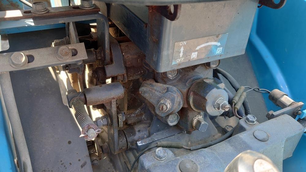 トラクターの機能について ミツビシのMT1601Dというトラクターの作業機降下速度調節の左側に付いているON、OFFのバルブは何のバルブか教えて下さい。 よろしくお願いします。