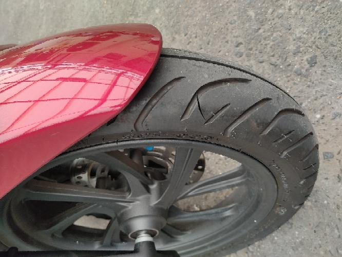 バイクのタイヤの傷について質問です。 今朝気づいたらこんな傷があったのですが、どんなときにつく傷でしょうか? 中古で買ってまだ一ヶ月もたっていません。 また走行問題無いと思いますか?よろしくおねがいします。